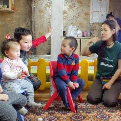 Children and volunteers sing English songs as part of community volunteer work for teenagers in Mongolia.